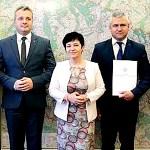 Wojewoda Mikołaj Bogdanowicz z Poseł Joanną Borowiak wręczyli promesy na likwidację skutków klęsk żywiołowych