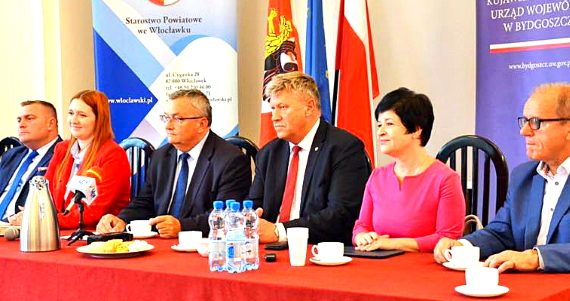 Uroczystość wręczenia voucherów na modernizację dróg w powiecie włocławskim