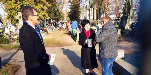 Poseł Joanna Borowiak wzięła udział w kweście na rzecz zabytkowych nagrobków