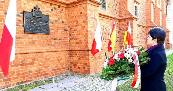 We Włocławku upamiętniono ofiary katastrofy składając kwiaty i zapalając znicze pod Tablicą Smoleńską