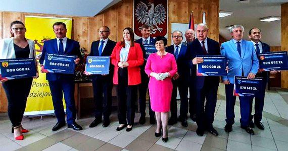 Wręczenie czeków dla samorządowców Powiatu Radziejowskiego