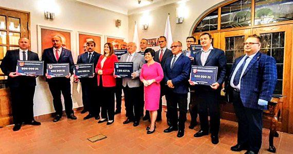 Wręczenie czeków dla samorządowców Powiatu Aleksandrowskiego